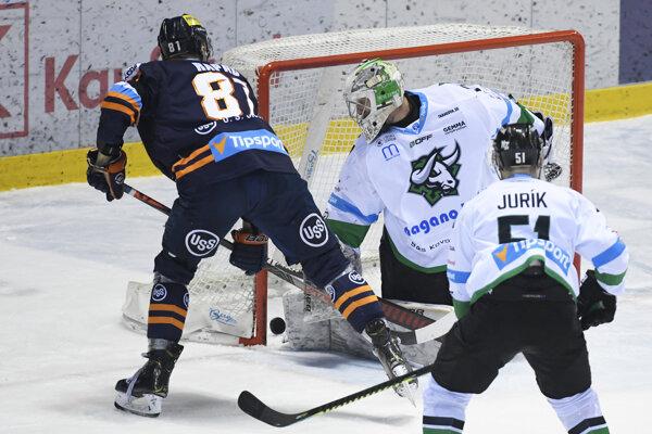 Branislav Rapáč (vľavo) strieľa gól v zápase HC Košice - HC Mikron Nové Zámky.