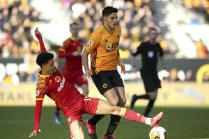Jamal Lewis (vľavo) a jeho zákrok na Raula Jimeneza v zápase 27. kola Premier League.