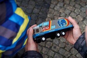 Plechová hračka ako spomienka na Tatru kolem světa, ktorá štartovala v roku 1987.