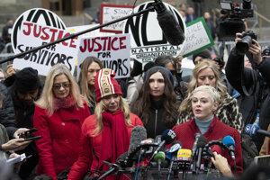 Herečky Rose McGowanová (vpravo) a Rosanna Arquetteová (v strede vľavo) počas konferencie po príchode Harveyho Weinsteina do New Yorku. Záber je zo 6. januára 2020.