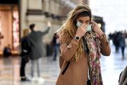 Žena s rúškou v Miláne.