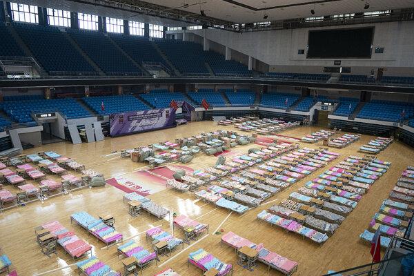 Mnohé štadióny v Číne sa zmenili na provizórne nemocnice.