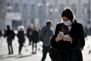 Žena s ochranným rúškom v uliciach Milána.