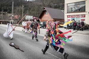 Toto nie je žiadna atrakcia ani folklórne predstavenie pre turistov, ale autentická zábava celej dediny.