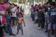 Migranti čakajú v rade na jedlo v tábore v mexickom Matamorose 30. augusta 2019.