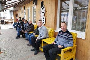 Voliči v Hodkovciach netrpezlivo čakajú pred volebnou miestnosťou na príchod volebnej komisie s prenosnou urnou.
