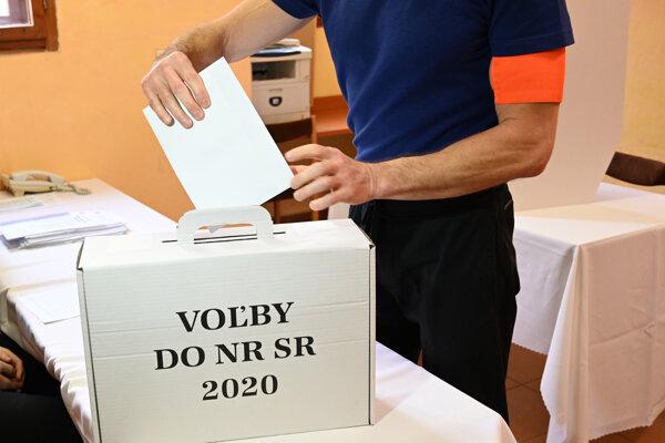 Väzeň vhadzuje hlasovací lístok do prenosnej urny počas volebného aktu v Ústave na výkon väzby a Ústave na výkon trestu odňatia slobody v Prešove v rámci volieb do Národnej rady SR 2020.