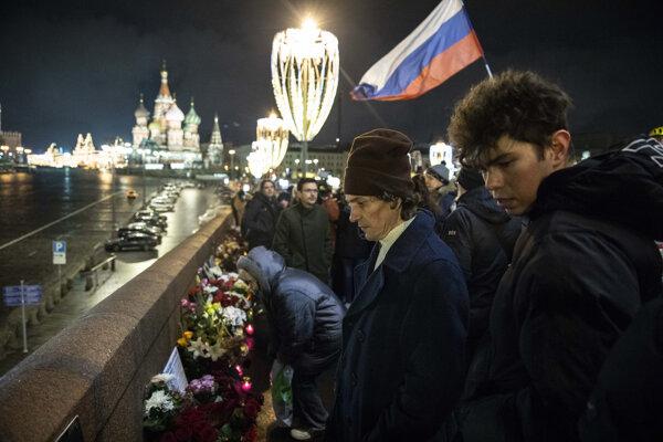 Ľudia sa zhromažďujú na mieste, kde zavraždili pred piatimi rokmi ruského opozičného politika Borisa Nemcova.