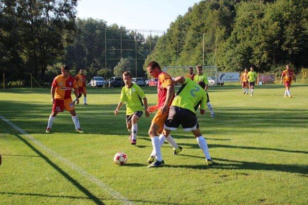 H. Poruba (v zelenom) rozhodla o výhre s Papradnom až po prestávke.