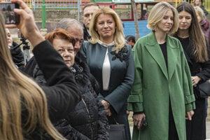 Prezidentka SR Zuzana Čaputová čaká s dcérami pred volebnou miestnosťou vo voľbách do Národnej rady SR v Pezinku.