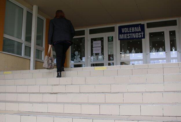 Tieto schody do volebnej miestnosti na Štvorke sú pre vozičkára skutočnou prekážkou.