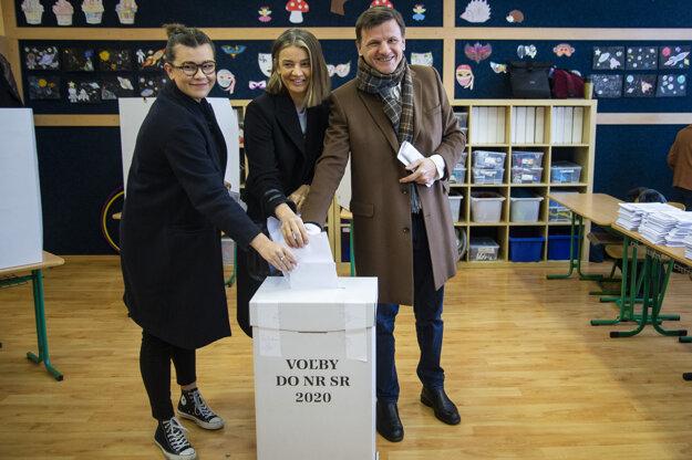 Voľby 2020: Alojz Hlina spolu s manželkou a dcérou vhadzujú obálky do volebnej urny.