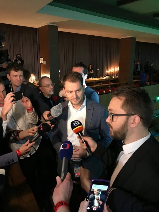 Igor Matovič v obkolesení novinárov