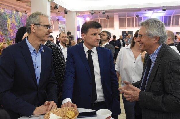 Voľby 2020: Líder KDH Alojz Hlina (v strede), Ivan Šimko (vpravo) a europoslanec Ivan Štefanec (vľavo) vo volebnej centrále strany.