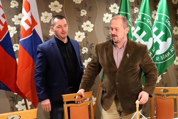 Voľby 2020: líder ĽSNS Marian Kotleba, vľavo hovorca strany Ondrej Ďurica v centrále strany po voľbách.
