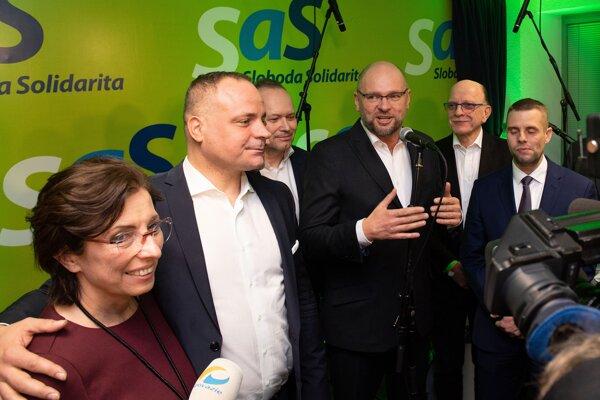 Juraj Droba (vľavo) s lídrom SaS Richardom Sulíkom a ďalšími členmi strany.