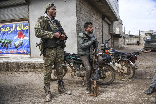 Sýrski povstalci sedia na predmestí mesta Sarákib na severozápade Sýrie.