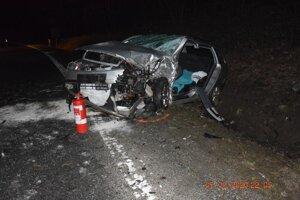 Vodič protiidúceho vozidla skončil s ťažkými zraneniami.