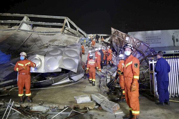Záchranári prehľadávajú trosky hotela.