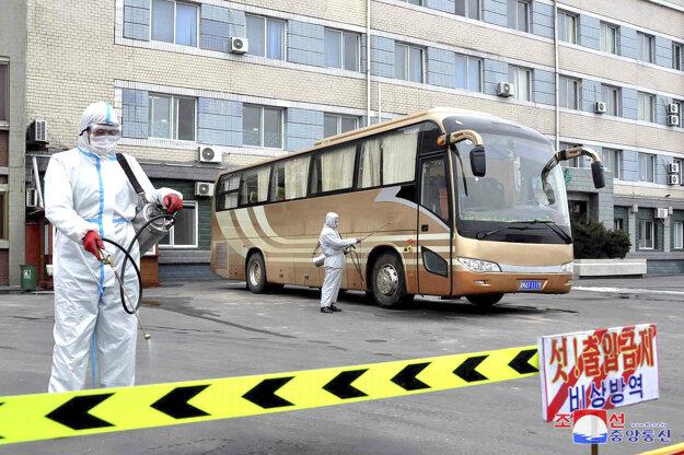 Dezinfekcia autobusu na parkovisku v Sinuiji. Agentúra AP len dodala, že pravosť fotografie nemôže overiť, dodala ju severokórejská vláda.