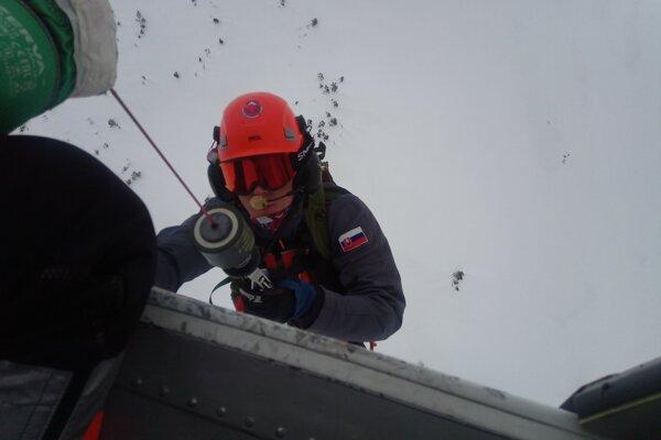 Záchranári pomáhali lyžiarke.