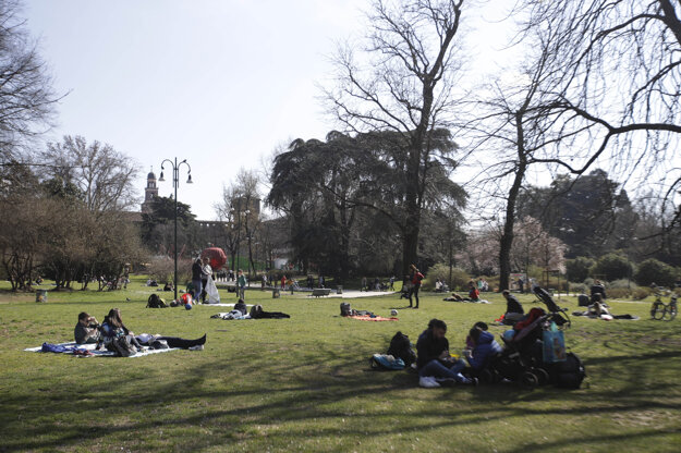 Ľudia relaxujú v milánskom parku.