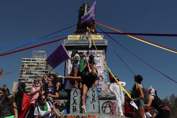 Protest počas Medzinárodného dňa žien v Santiagu 8. marca 2020.
