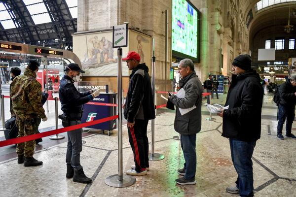 Polícia na stanici v Miláne kontroluje ľudí, ktorí chcú odísť z uzatvorenej zóny.