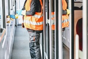 Dezinfekcia priestorov vlaku v rámci opatrení, ktoré Železničná spoločnosť Slovensko  zaviedla v súvislosti s výskytom nového koronavírusu.