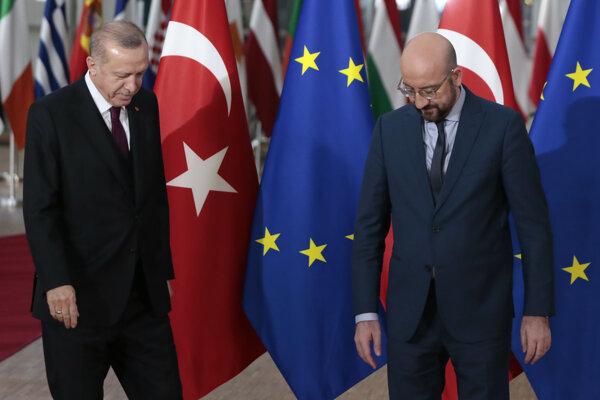 Sprava predseda Európskej rady Charles Michel a turecký prezident Recep Tayyip Erdogan.