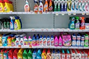 V regáloch len ťažko nájdete dezinfekčné gély na ruky i niektoré typy čistiacich prostriedkov.