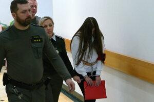 Judita pred hlavným pojednávaním v konaní vedenom pre obzvlášť závažný zločin vraždy kamaráta Tomáša na Okresnom súde v Žiline dňa 9. januára 2020.