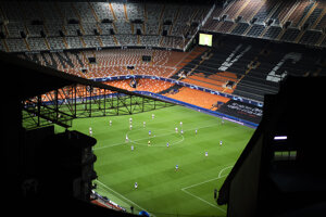 Futbalisti Atalanta a Valencia na prázdnom štadióne.