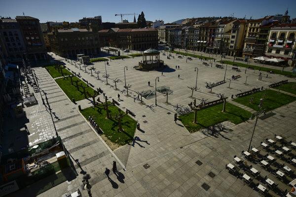 Prázdna Plaza del Castillo v španielskej Pamplone.