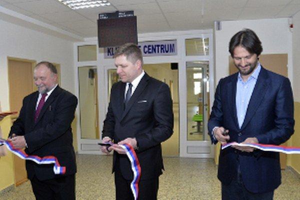 Robert Fico (uprostred) spolu s ministrom vnútra SR Robertom Kaliňákom (vpravo) otvorili v rámci reformy ESO v poradí 25. klientske centrum pri Okresnom úrade v Hlohovci. Na snímke vľavo prednosta OÚ v Hlohovci Peter Spál.