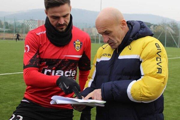 Skúsená dvojica, vľavo útočník Marko Milunovič, vpravo tréner Humenného Jozef Škrlík.