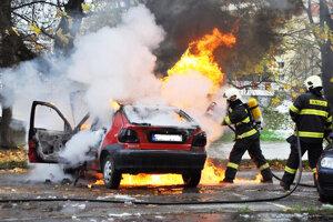 hasiči hasia požiare, pomáhajú pri dopravných nehodách, povodniach, prírodných pohromách a mnohých ďalších prípadoch.