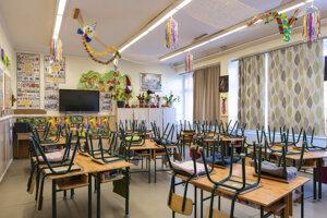 Prázdna vyučovacia trieda v základnej škole v maďarskom meste Níreďháza.