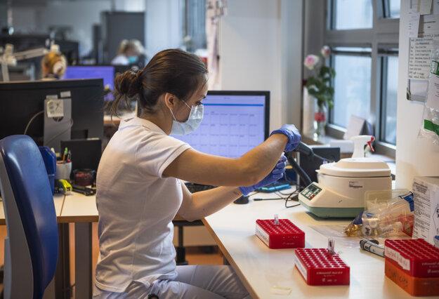 Laboratóriá Medirex počas brífingu k začiatku testovania na nový koronavíru.