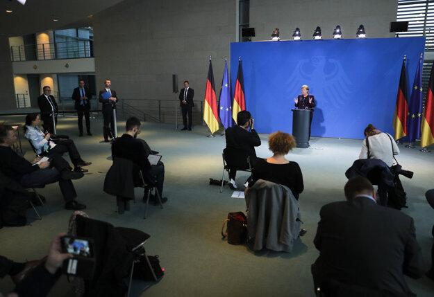 Tlačová konferencia kancelárky Merkelovej. Novinári sedeli v