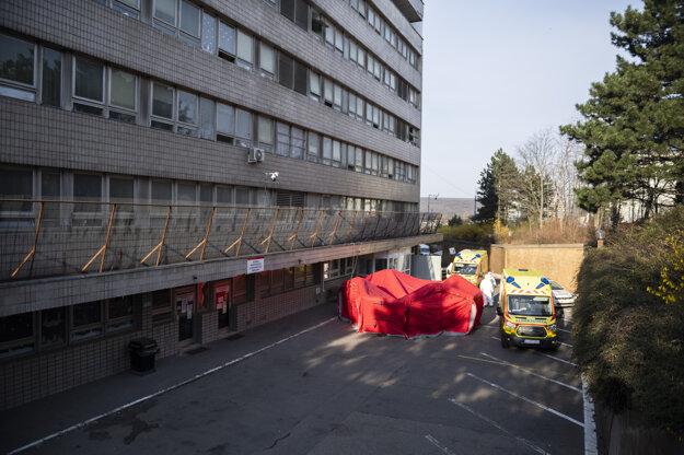 Špeciálny stan, v ktorom sa robia testy na nový koronavírus, pred Klinikou infektológie a geografickej medicíny Univerzitnej nemocnice Bratislava na Kramároch v Bratislave.