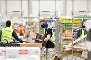 Pracovníci skladu potravín počas kontroly ich dostupnosti v jednom z najväčších distribučných centier na Slovensku.