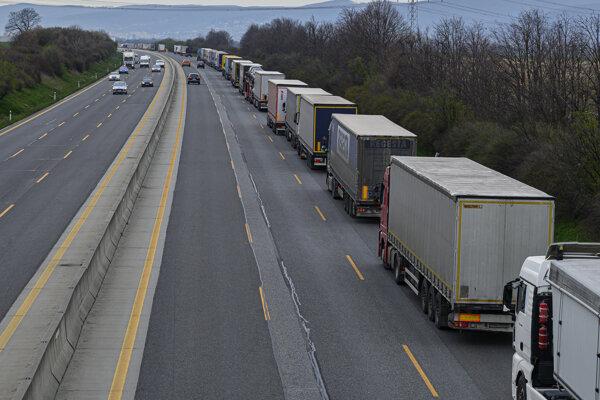 Stojace kamióny na diaľnici D1 v smere od Trnavy do Bratislavy.