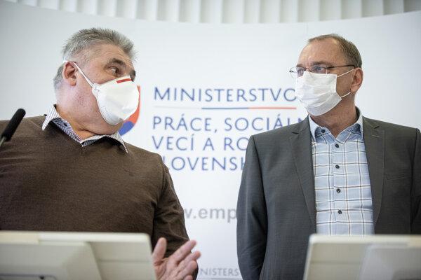 Minister práce, sociálnych vecí a rodiny SR Ján Richter a generálny riaditeľ Sociálnej poisťovne Ľubomír Vážny.