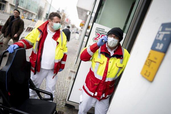 Zdravotníci v berlínskej štvrti Steiglitz.