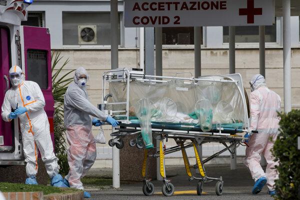 Pacientku s podozrením na nákazu koronavírusom prevážajú v špeciálnej ochrannej jednotke z ambulancie do nemocnice Columbus Covid 2 v Ríme 17. marca 2020.