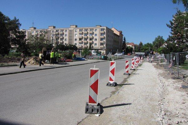 Práce na moste napredujú, vodiči sa musia pripraviť na obmedzenia.