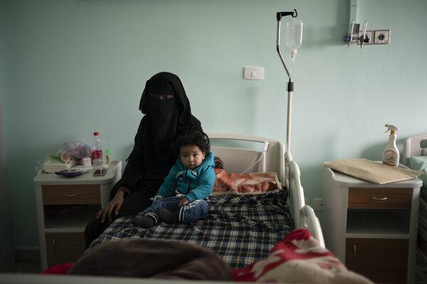 Obyvateľka Tripolisu s dieťaťom v nemocnici.