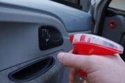Po nastúpení do auta chytáme pri zatváraní dverí vnútornú kľučku. Na jej čistenie nepoužívajte agresívnu chémiu.