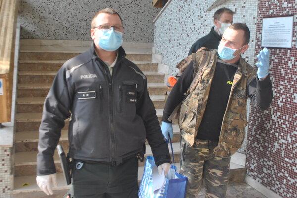 Milana (v maskáčovej veste) odvádzajú policajti do väznice.